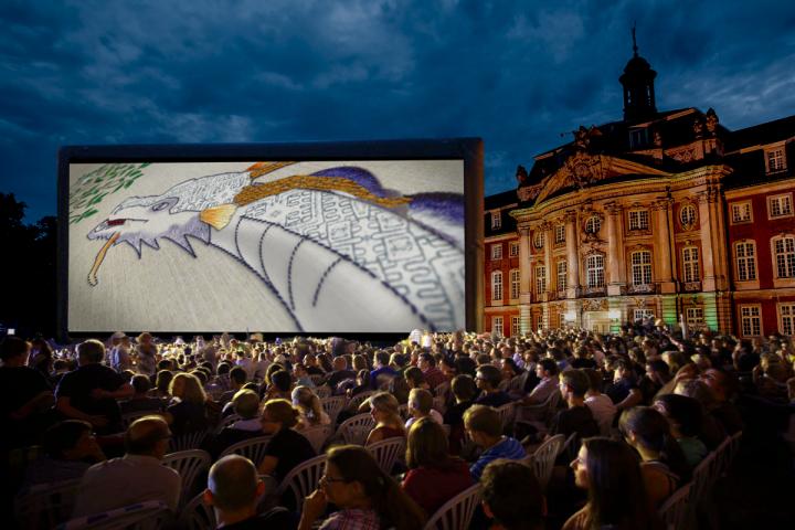 Premiere des All of You Spots vor dem Schloss in Münster